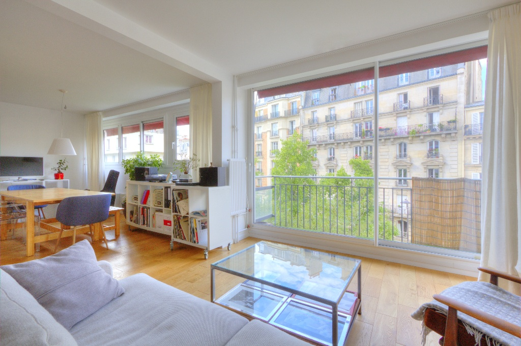 Very beautiful 4/5 room apartment on the 4th floor with lift, facing SOUTH with 2 balconies, perfect condition, sold with cellar + large BOX / parking 1