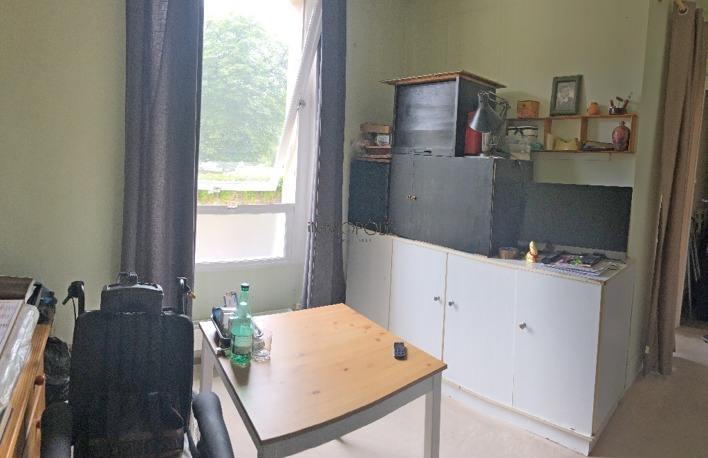 INVESTOR SPECIAL: Montmartre cemetery, studio with open view located in a private paved lane, charming condominium! 3
