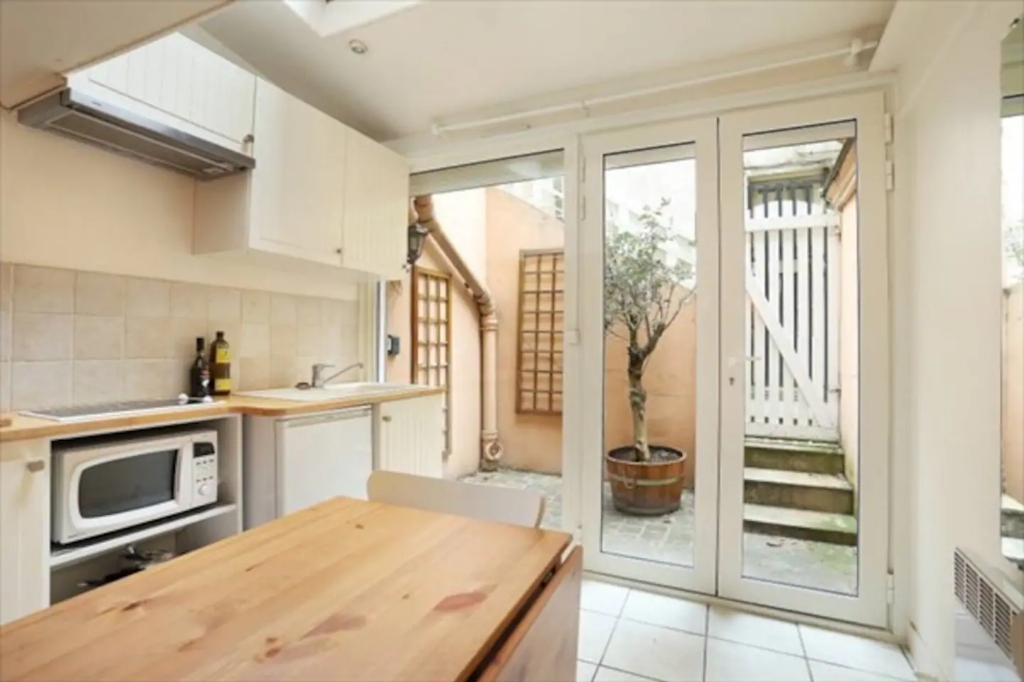 Superb apartment with its private courtyard very well located in Montmartre! Seasonal rental possible! 1