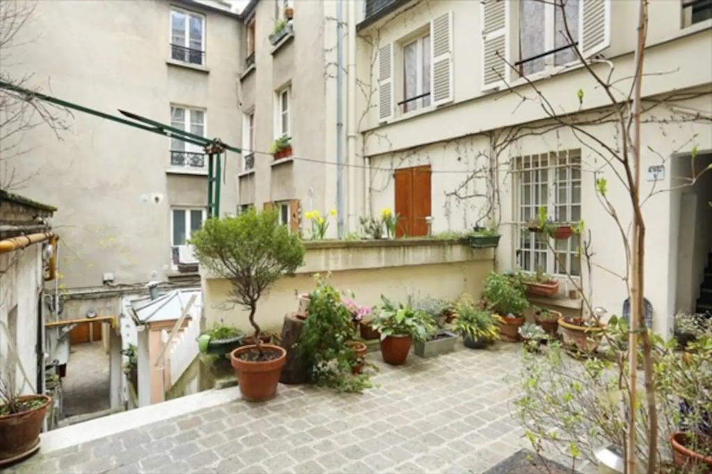 Superb apartment with its private courtyard very well located in Montmartre! Seasonal rental possible! 10