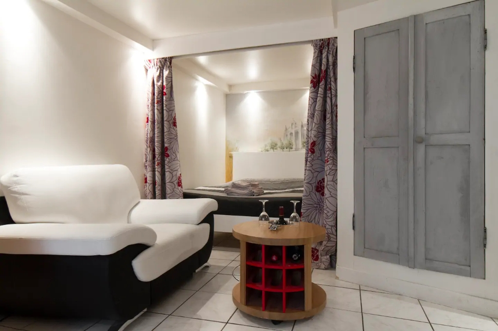 Superb apartment with its private courtyard very well located in Montmartre! Seasonal rental possible! 11