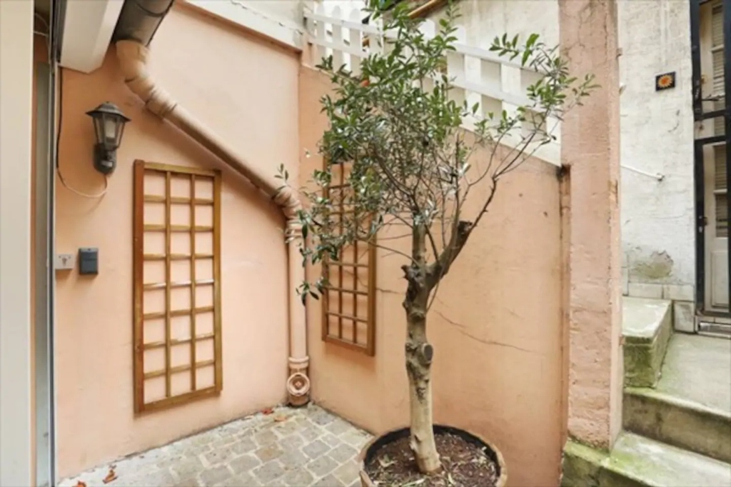 Superb apartment with its private courtyard very well located in Montmartre! Seasonal rental possible! 2