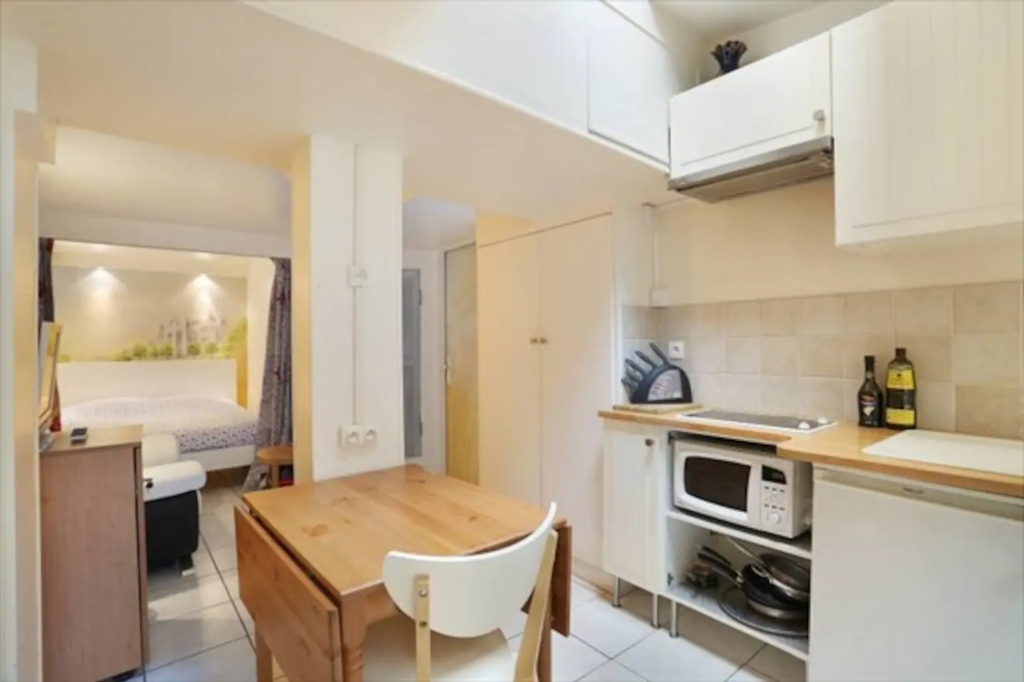Superb apartment with its private courtyard very well located in Montmartre! Seasonal rental possible! 3