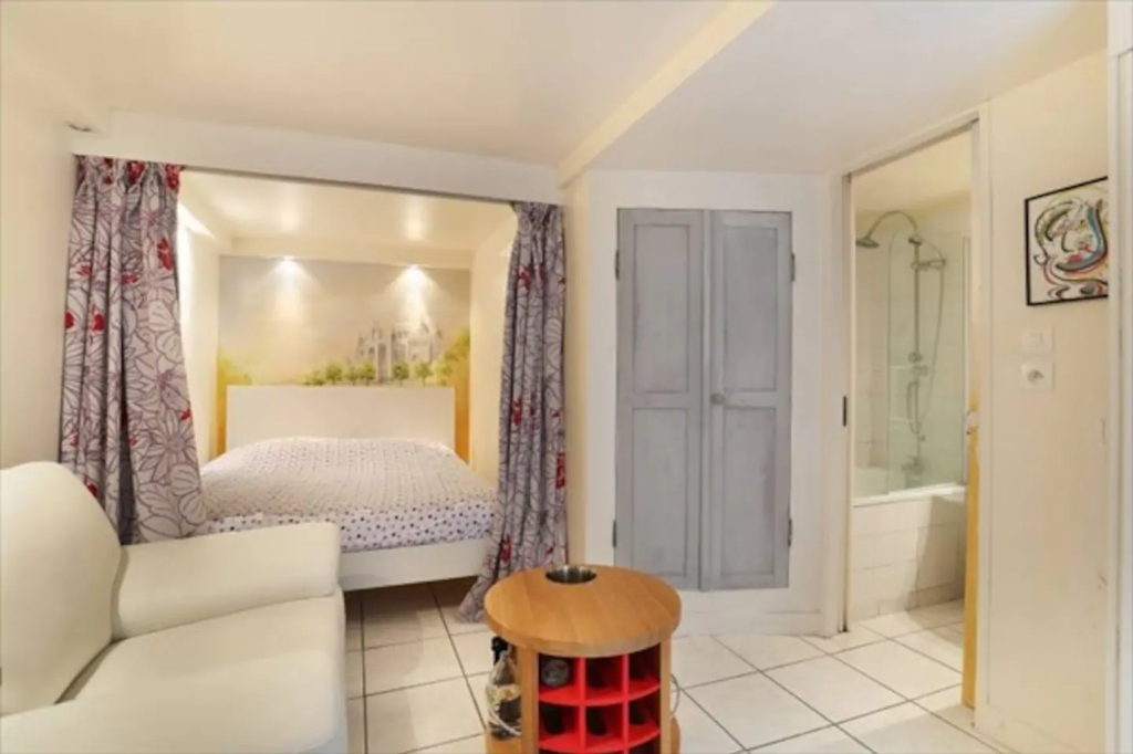 Superb apartment with its private courtyard very well located in Montmartre! Seasonal rental possible! 4