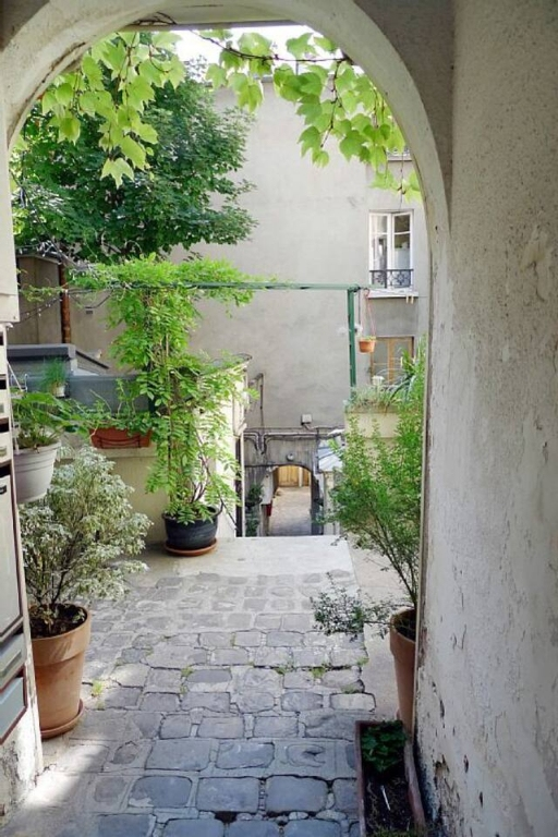 Superb apartment with its private courtyard very well located in Montmartre! Seasonal rental possible! 7