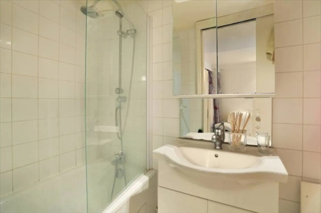 Superb apartment with its private courtyard very well located in Montmartre! Seasonal rental possible! 8