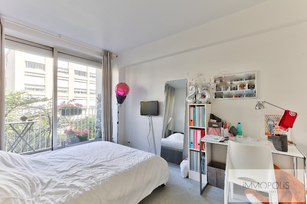 Beautiful apartment crossing on a quiet street and on the Park, Mairie / Pont de Neuilly district, with terraces, cellar and parking! 5