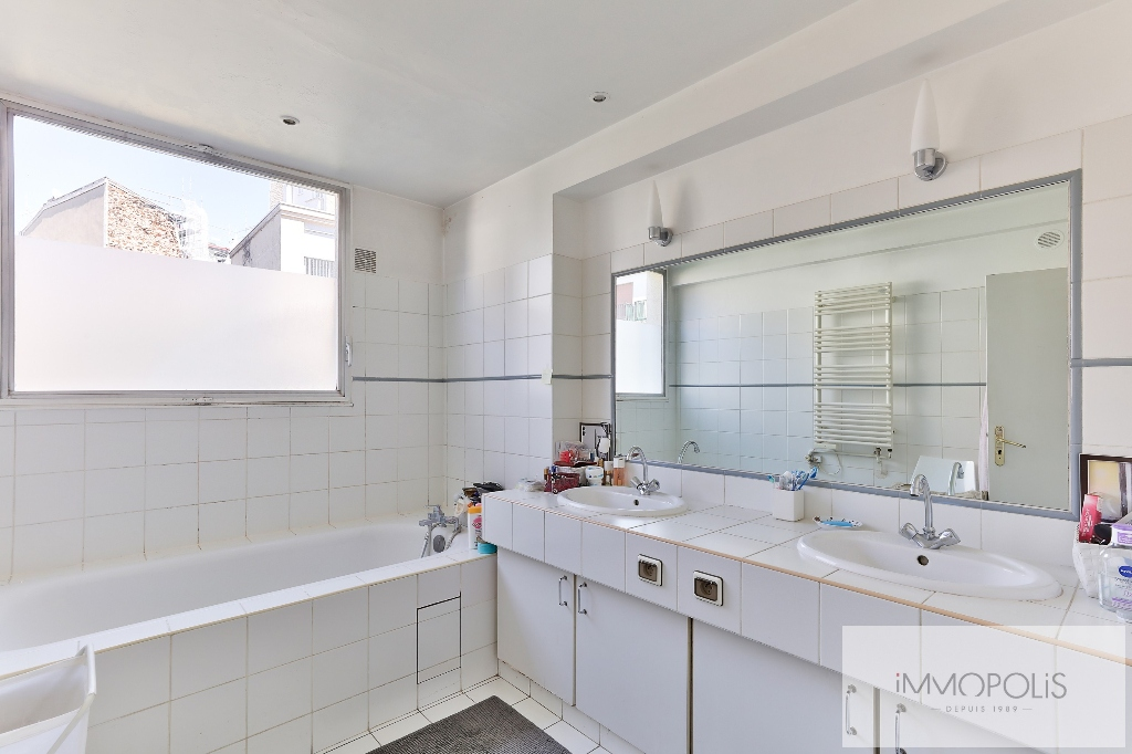 Beautiful apartment crossing on a quiet street and on the Park, Mairie / Pont de Neuilly district, with terraces, cellar and parking! 8