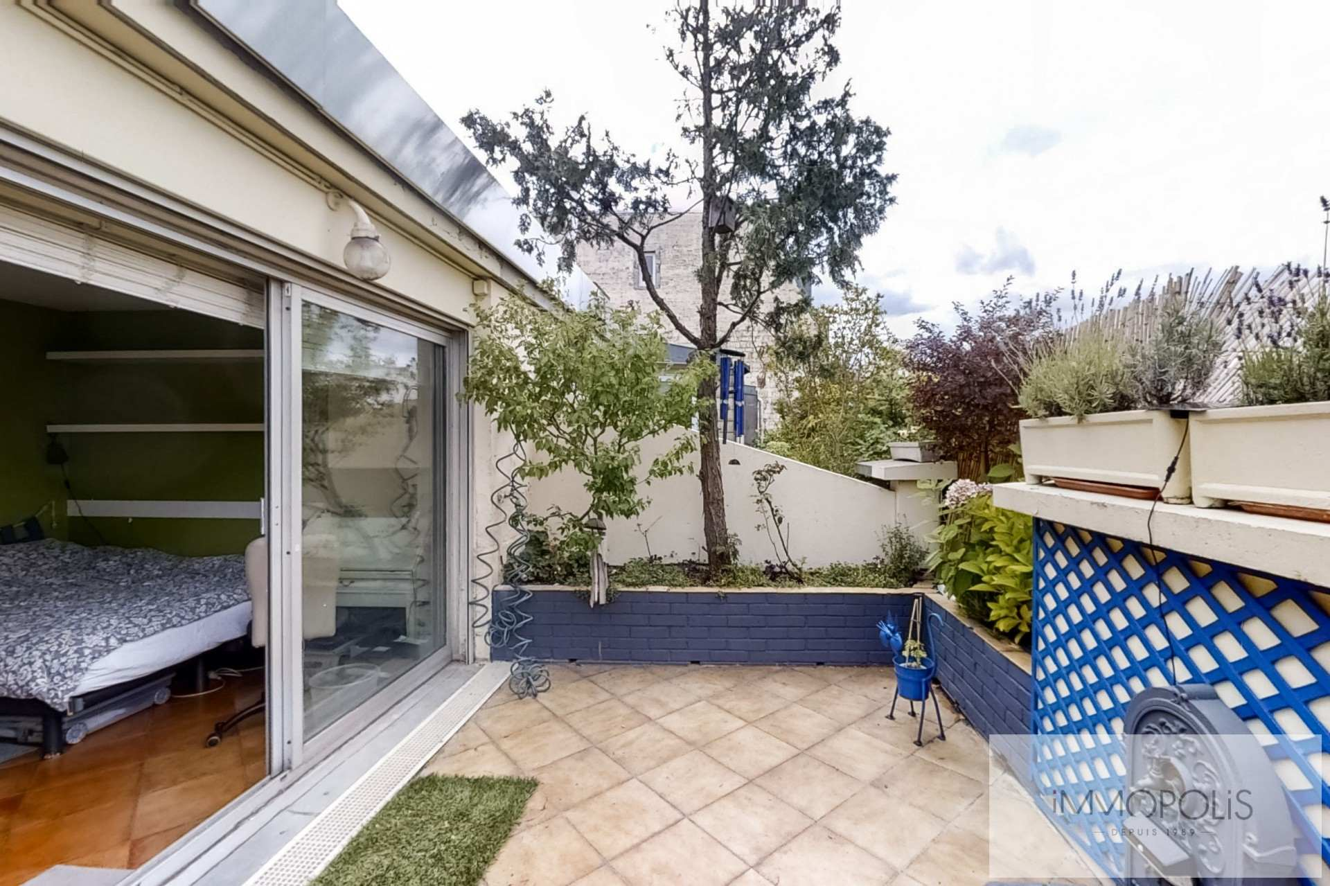 Top floor apartment rue Labat with terrace and open view 3