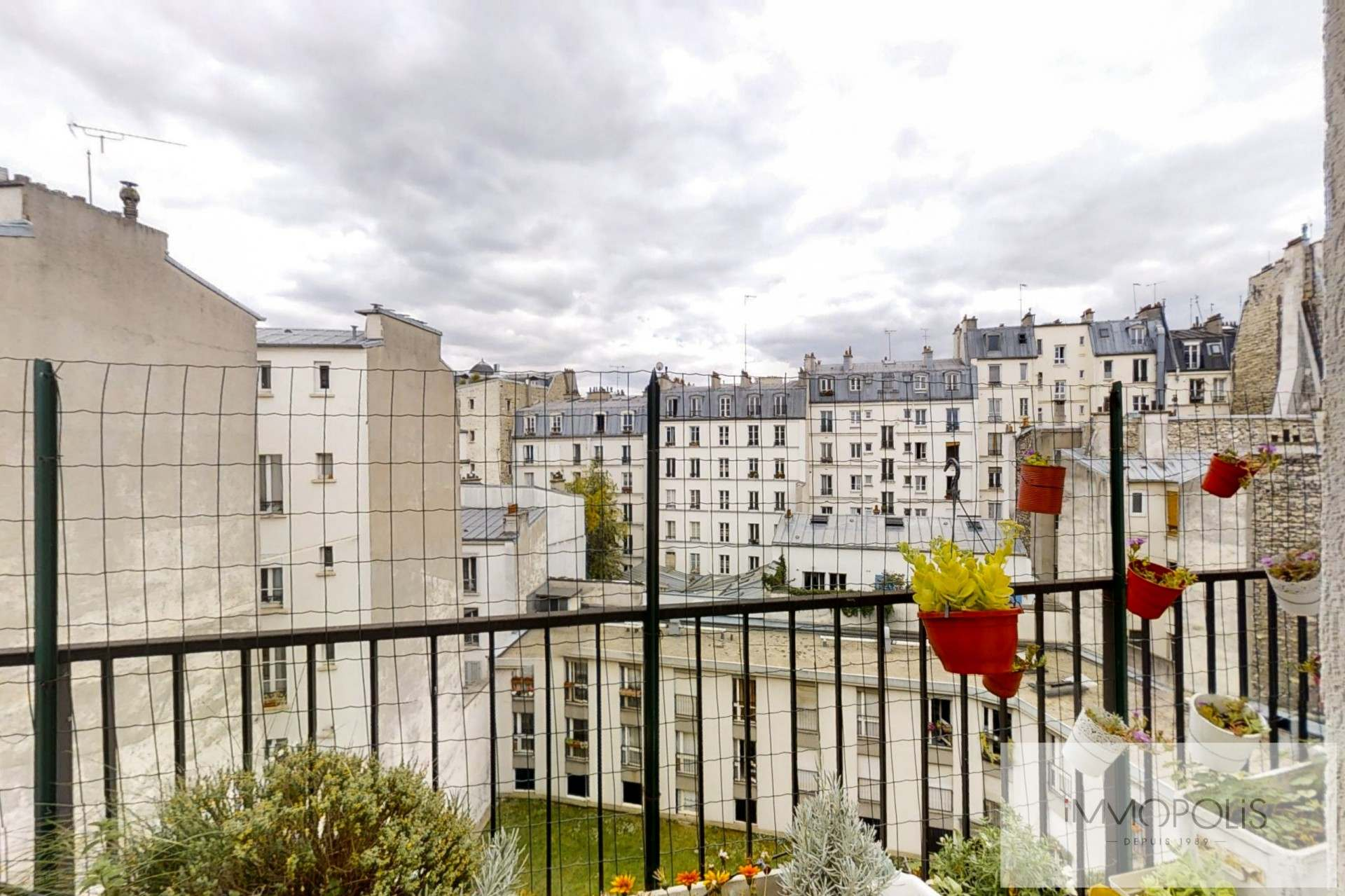Top floor apartment rue Labat with terrace and open view 7