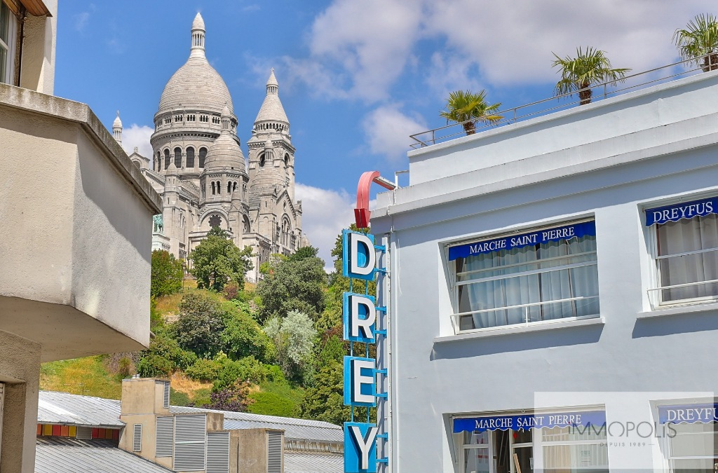 Charming two-room apartment on rue Livingstone with open views of Sacré-Coeur. 1