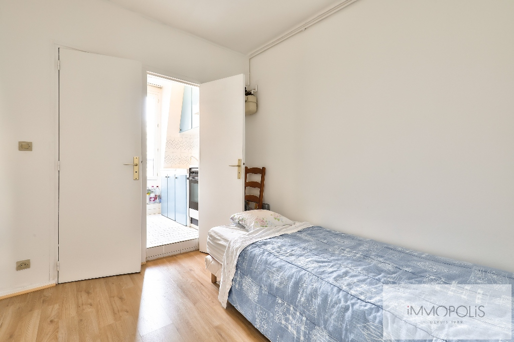 2 pieces on top floor with panoramic views of Paris and Eiffel Tower. 4