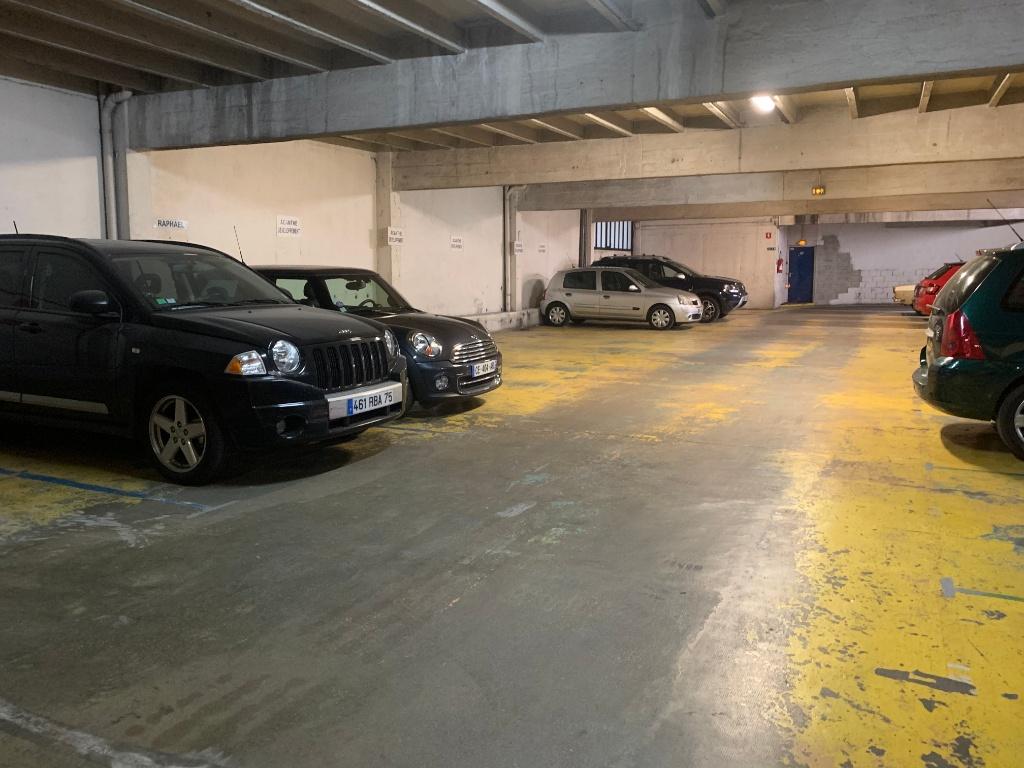 Parking space rue de Chaillot 2