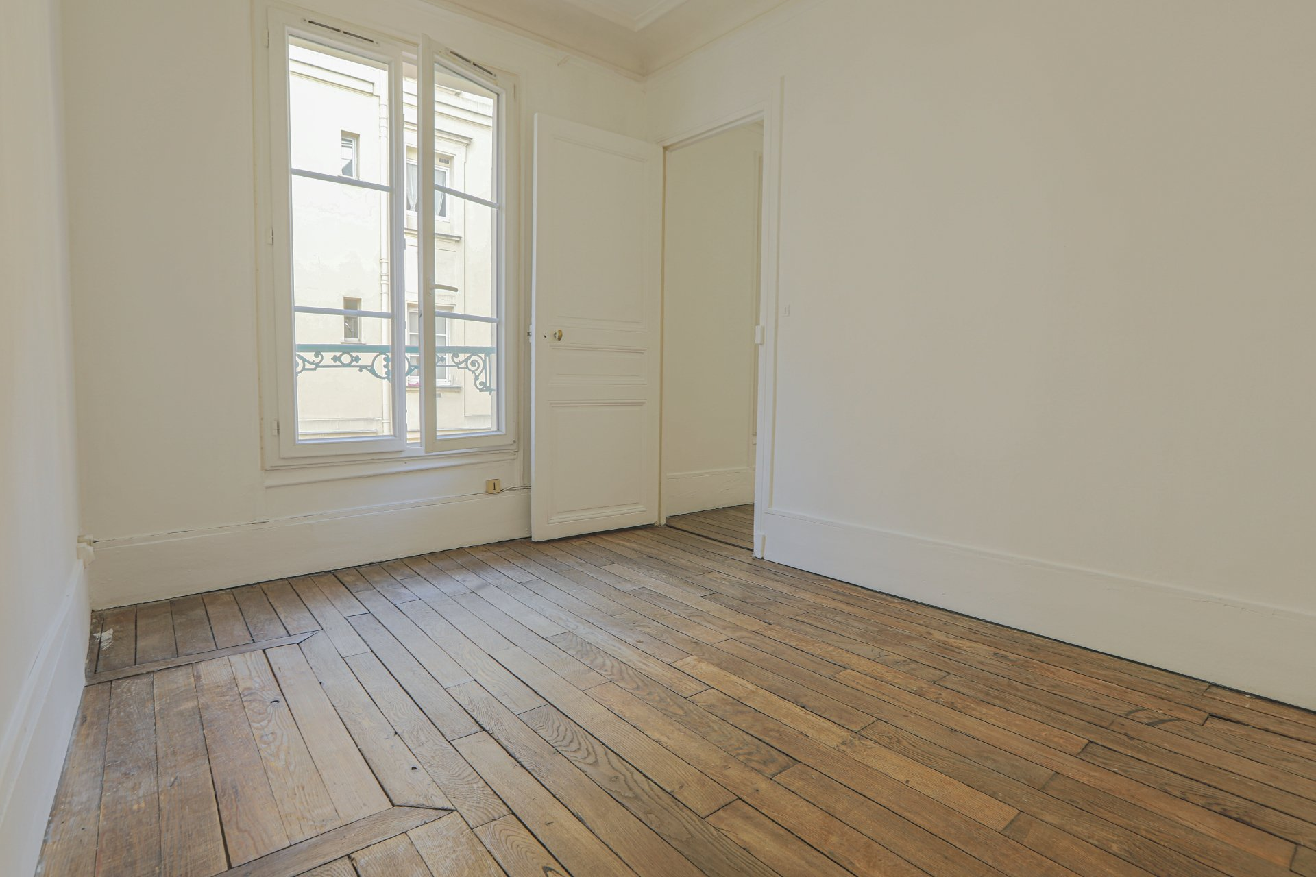 Paris 2 room apartment of 28m2 18th century Town Hall area 4