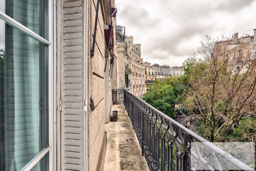 Charming apartment rue Caulaincourt with long balcony and open South-East view 1
