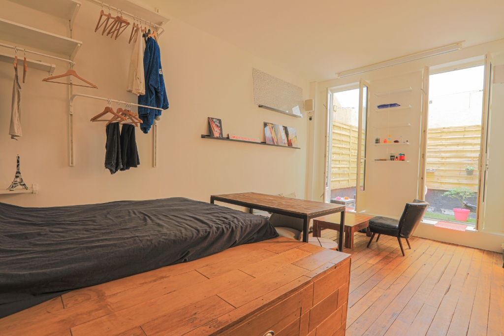 RARE: RUE POULET / CLOSE TO SACRE COEUR: studio-type apartment with private courtyard of 12m2 1