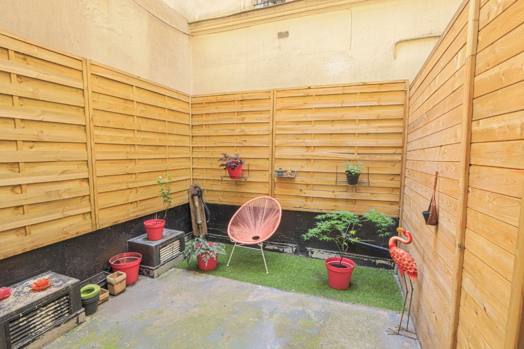 RARE: RUE POULET / NEAR SACRE COEUR: studio-type apartment with private courtyard of 12m2 2