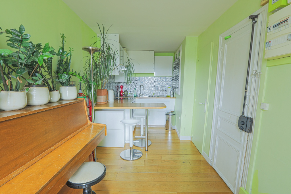 Rue Berthe two rooms of 29 m2 with open view facing south! 4