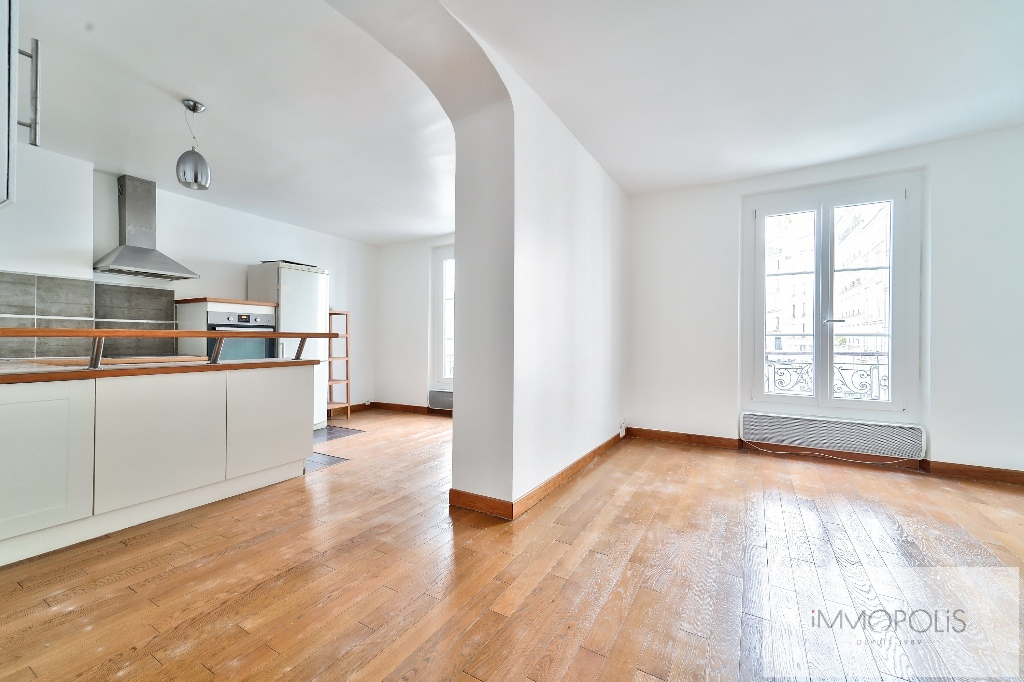Exclusivity, beautiful 3 room apartment with view of the Sacré-Coeur, in good condition, well placed in Montmartre! 2