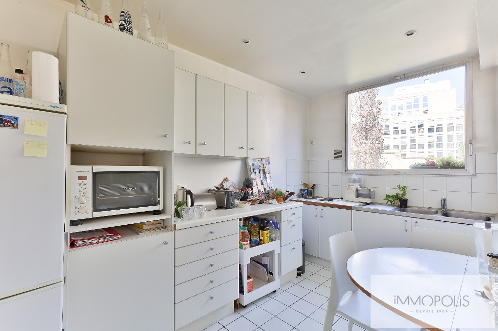 Huissiers district (near Pont de Neuilly): beautiful apartment crossing on a very quiet street and on gardens, with two terraces, cellar and parking! 7