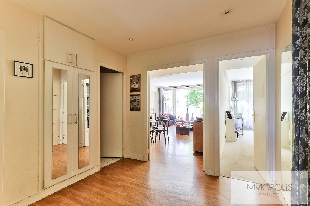Huissiers district (near Pont de Neuilly): beautiful apartment crossing on a very quiet street and on gardens, with two terraces, cellar and parking! 9