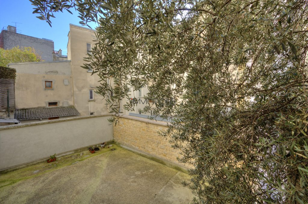 Studio very well placed in Montmartre overlooking a tree-lined courtyard! 2