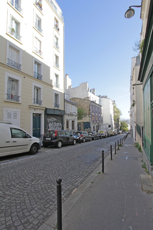 Studio very well placed in Montmartre overlooking a tree-lined courtyard! 8