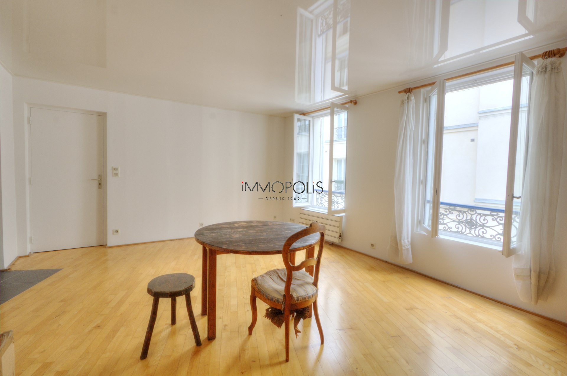 In the heart of the Abbesses, rue Berthe, beautiful 2 room apartment with a perfect plan, in good condition, crossing onto a quiet street and open courtyard! 1