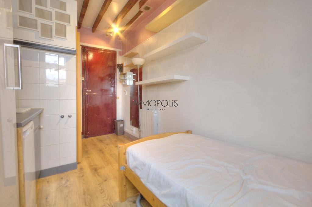 Quartier Europe (rue Clapeyron dans le 8ème arrondissement), studio louable légalement de 9,88 M² loi Carrez situé dans un magnifique immeuble bien entretenu 3
