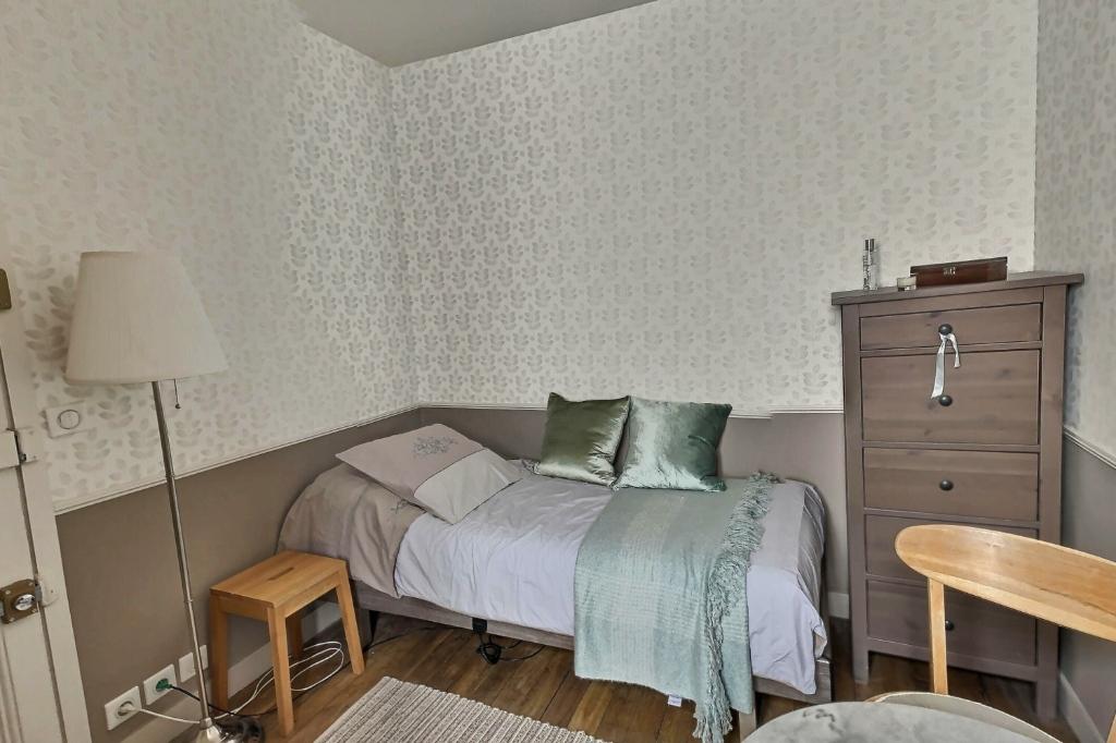 Room with elevator rue Damrémont 4