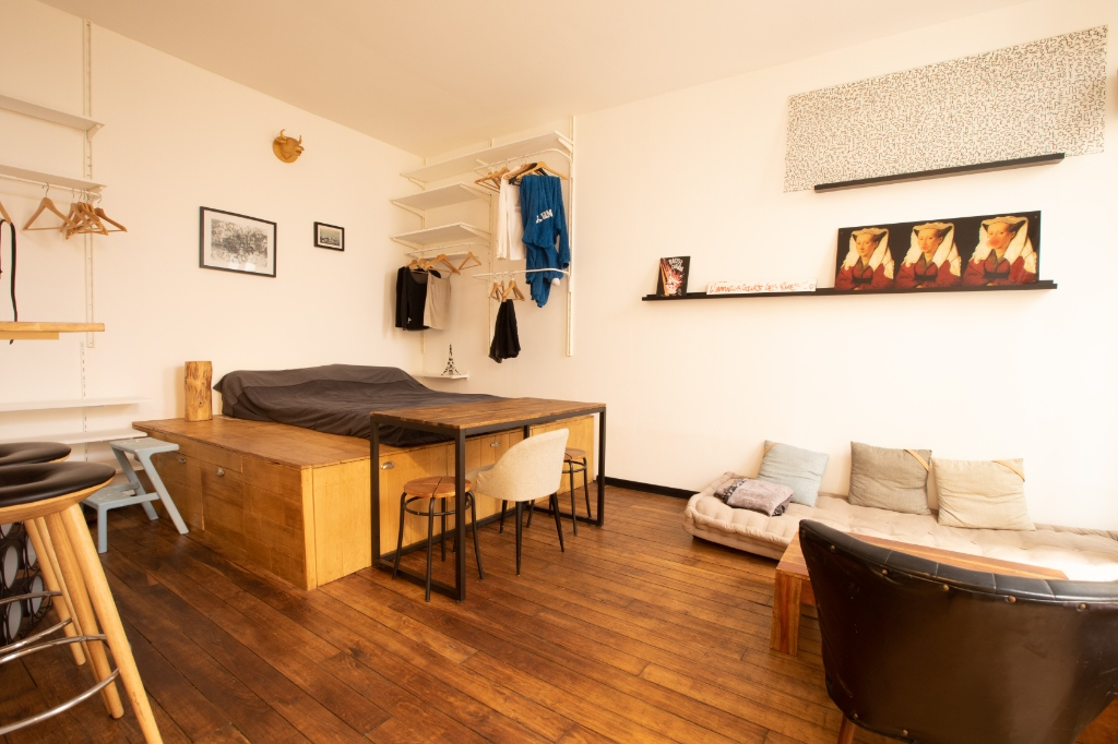 RARE: RUE POULET / CLOSE TO SACRE COEUR: studio-type apartment with private courtyard of 12m2 3