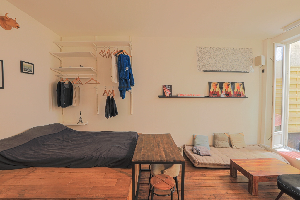 RARE: RUE POULET / CLOSE TO SACRE COEUR: studio-type apartment with private courtyard of 12m2 4