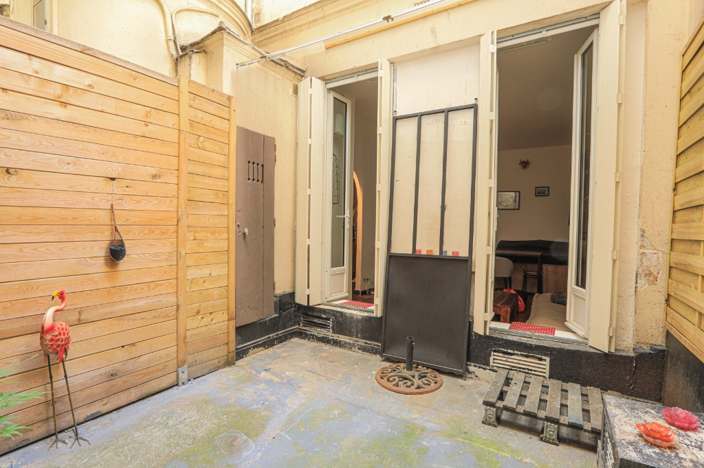 RARE: RUE POULET / CLOSE TO SACRE COEUR: studio-type apartment with private courtyard of 12m2 5