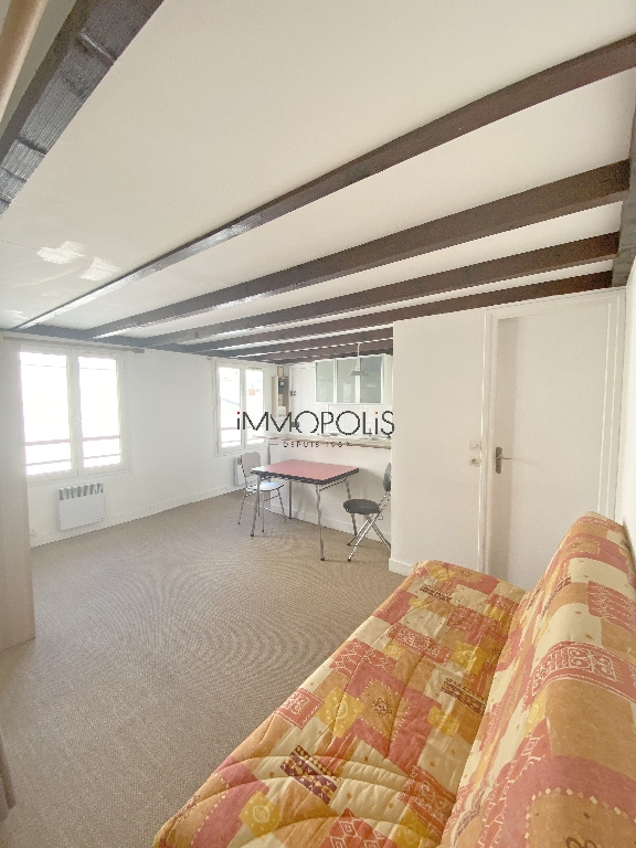 Montmartre, Abbesses, beautiful studio in good condition on the 4th and last floor, beamed ceiling, quiet, on open courtyard not overlooked! 2