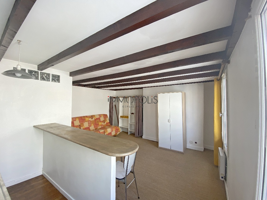 Montmartre, Abbesses, beautiful studio in good condition on the 4th and last floor, beamed ceiling, quiet, on open courtyard not overlooked! 4