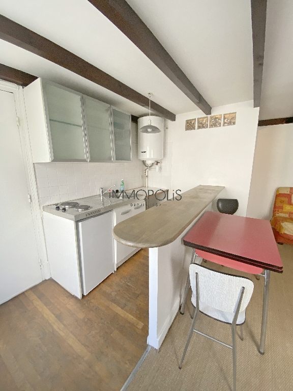 Montmartre, Abbesses, beautiful studio in good condition on the 4th and last floor, beamed ceiling, quiet, on open courtyard not overlooked! 5