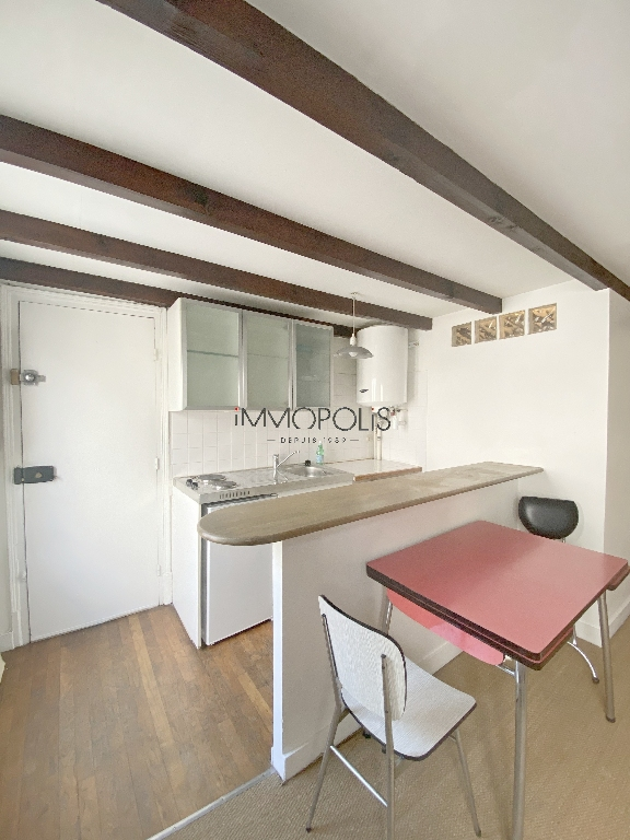 Montmartre, Abbesses, beautiful studio in good condition on the 4th and last floor, beamed ceiling, quiet, on open courtyard not overlooked! 7
