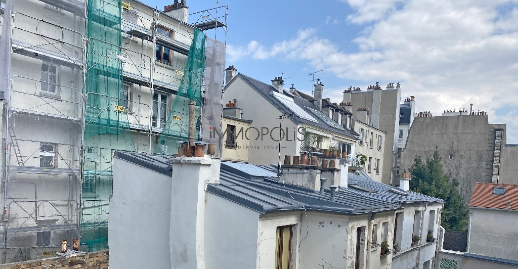 Montmartre, Abbesses, beautiful studio in good condition on the 4th and last floor, beamed ceiling, quiet, on open courtyard not overlooked! 9