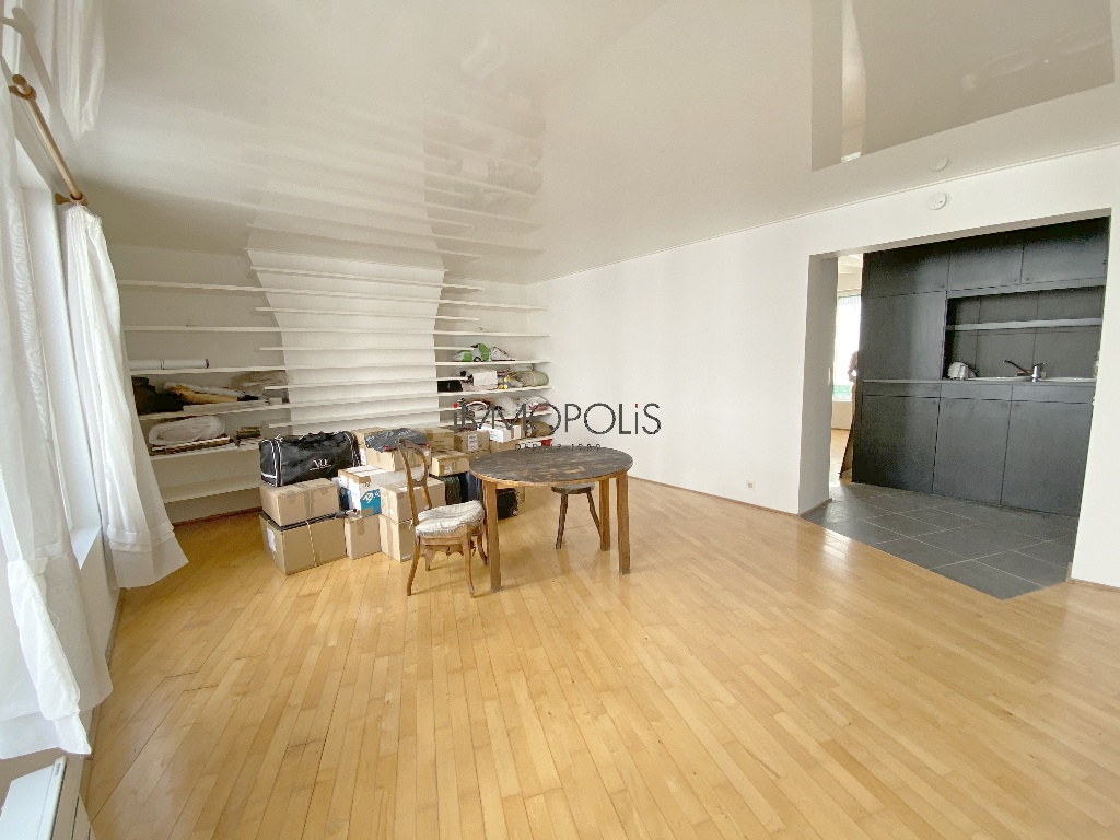 In the heart of the Abbesses, rue Berthe, beautiful 2 room apartment with a perfect plan, in good condition, crossing onto a quiet street and open courtyard! 3