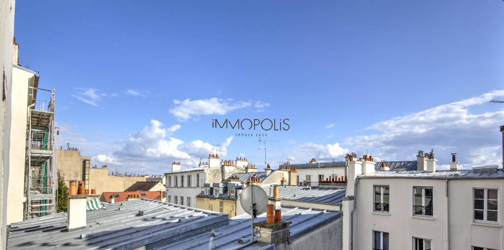 In the heart of the Abbesses, rue Berthe, beautiful 2 room apartment with a perfect plan, in good condition, crossing onto a quiet street and open courtyard! 6