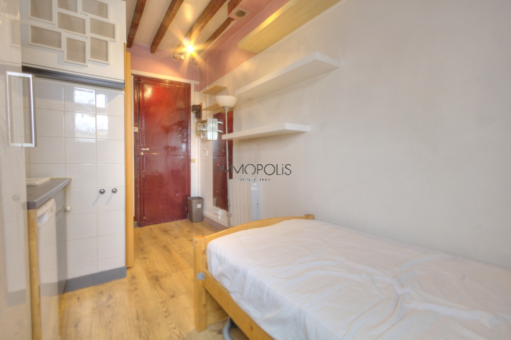 Quartier Europe (rue Clapeyron in the 8th arrondissement), legally rentable studio of 9.88 M² Carrez law located in a magnificent well-maintained building 1