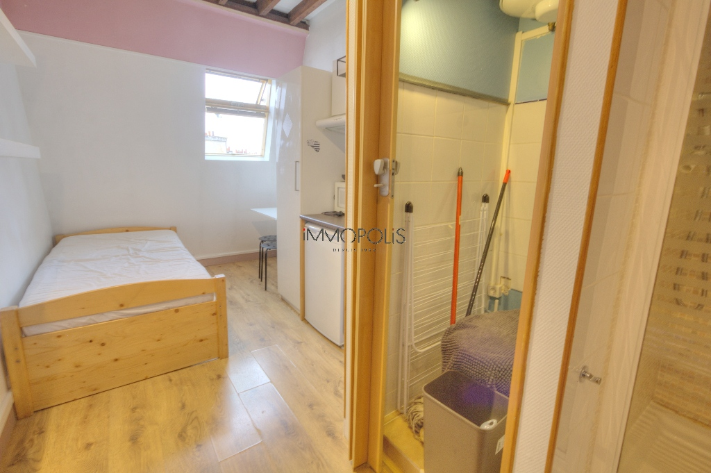 Quartier Europe (rue Clapeyron in the 8th arrondissement), legally rentable studio of 9.88 M² Carrez law located in a magnificent well-maintained building 4