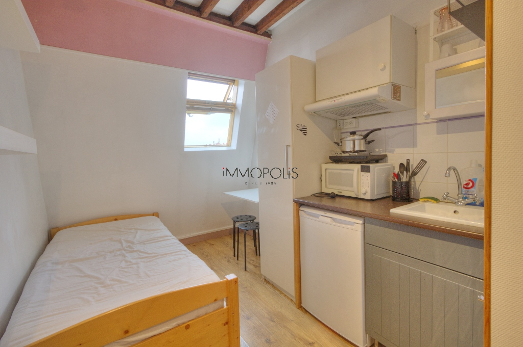 Quartier Europe (rue Clapeyron in the 8th arrondissement), legally rentable studio of 9.88 M² Carrez law located in a magnificent well-maintained building 5