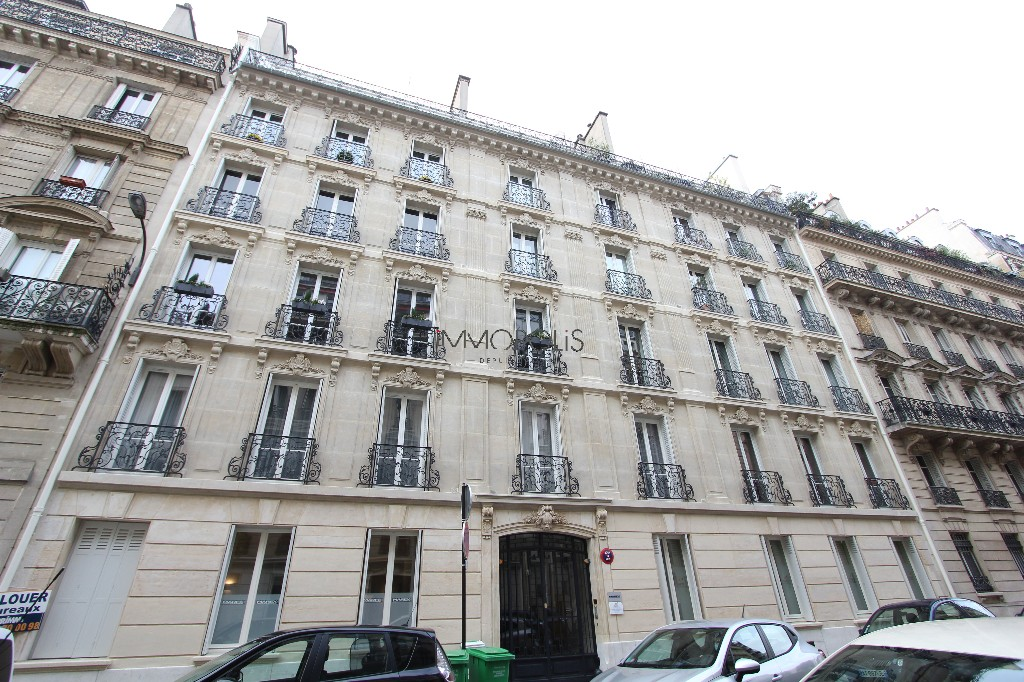 Quartier Europe (rue Clapeyron in the 8th arrondissement), legally rentable studio of 9.88 M² Carrez law located in a magnificent well-maintained building 6