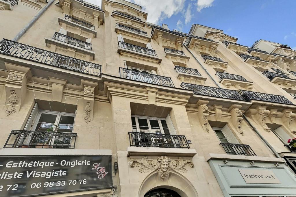 Room with elevator rue Damrémont 1