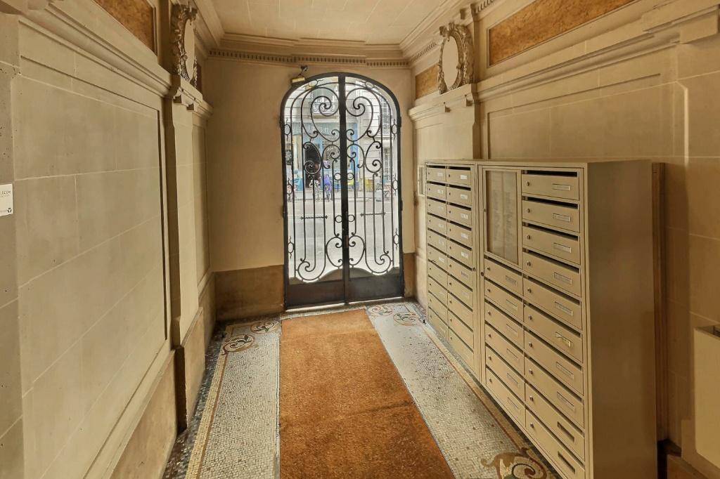 Room with elevator rue Damrémont 9