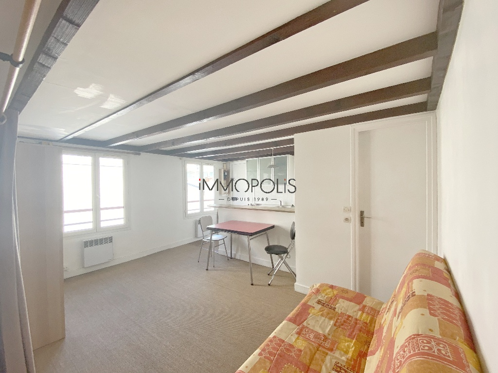 Montmartre, Abbesses, beautiful studio in good condition on the 4th and last floor, beamed ceiling, quiet, on open courtyard not overlooked! 1
