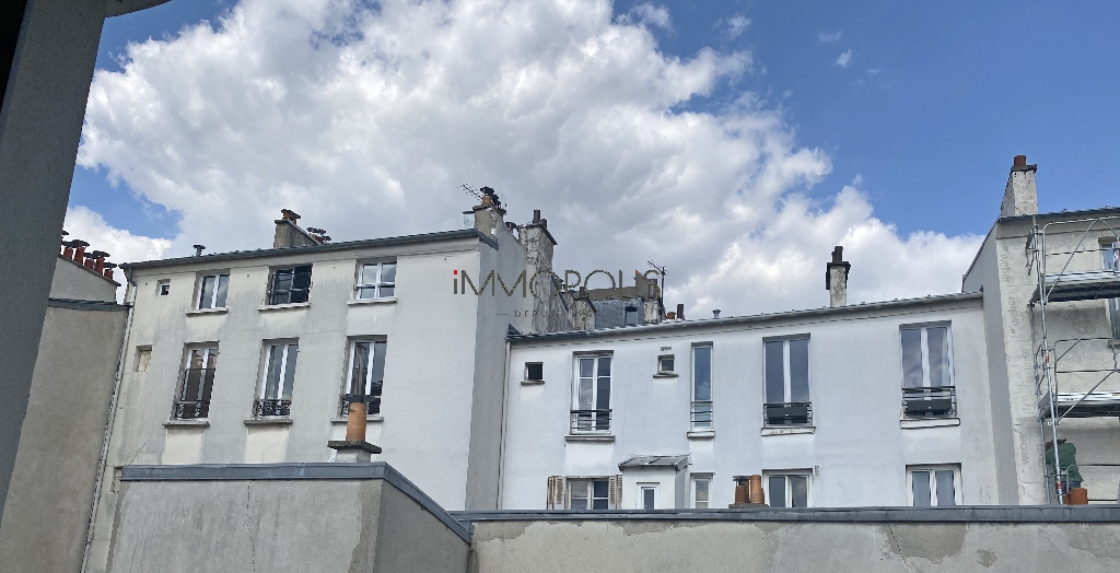 Montmartre, Abbesses, beautiful studio in good condition on the 4th and last floor, beamed ceilings, quiet, on an open courtyard not overlooked! 2