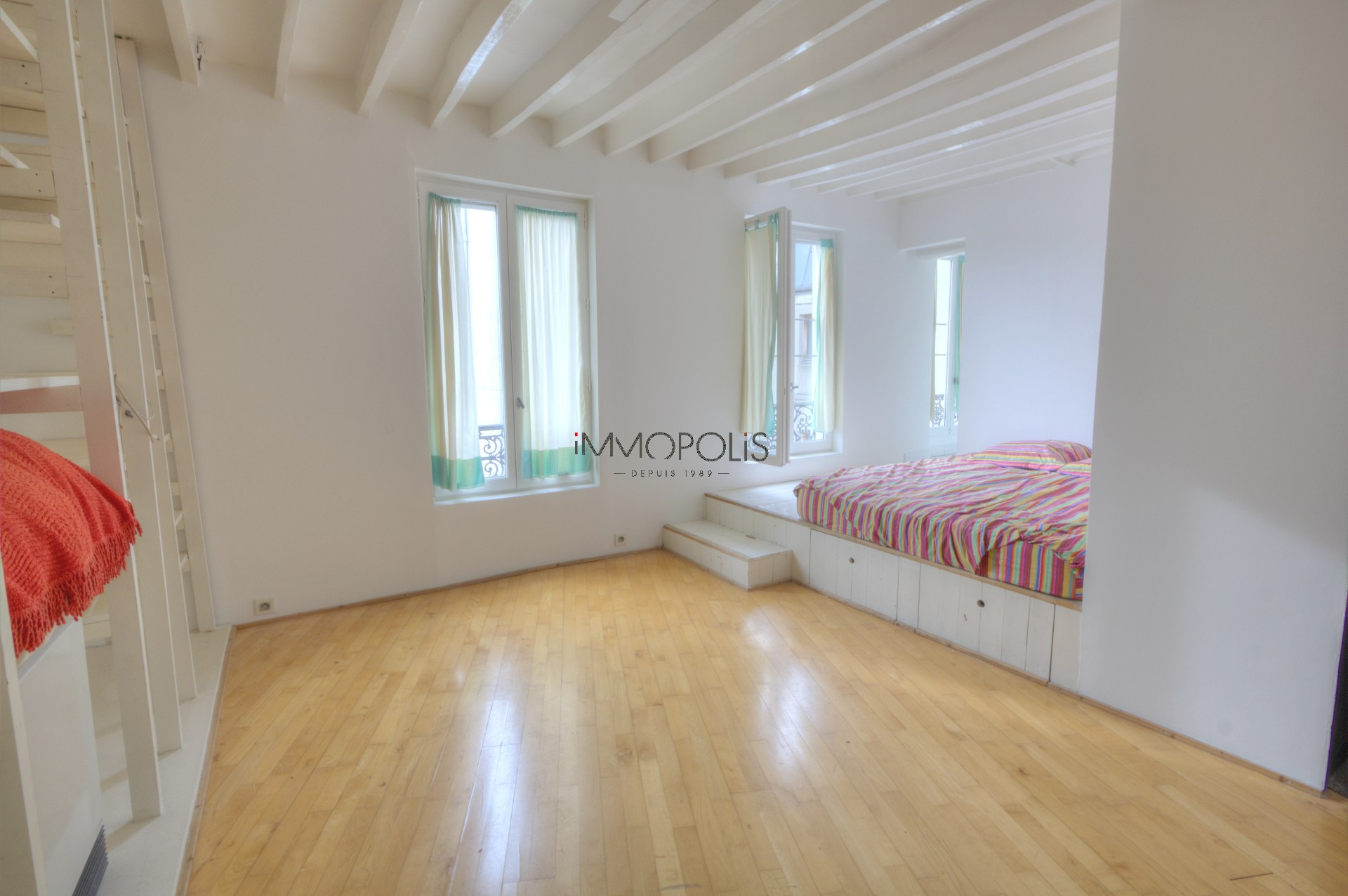 In the heart of the Abbesses, rue Berthe, beautiful 2 room apartment with a perfect plan, in good condition, crossing onto a quiet street and open courtyard! 4