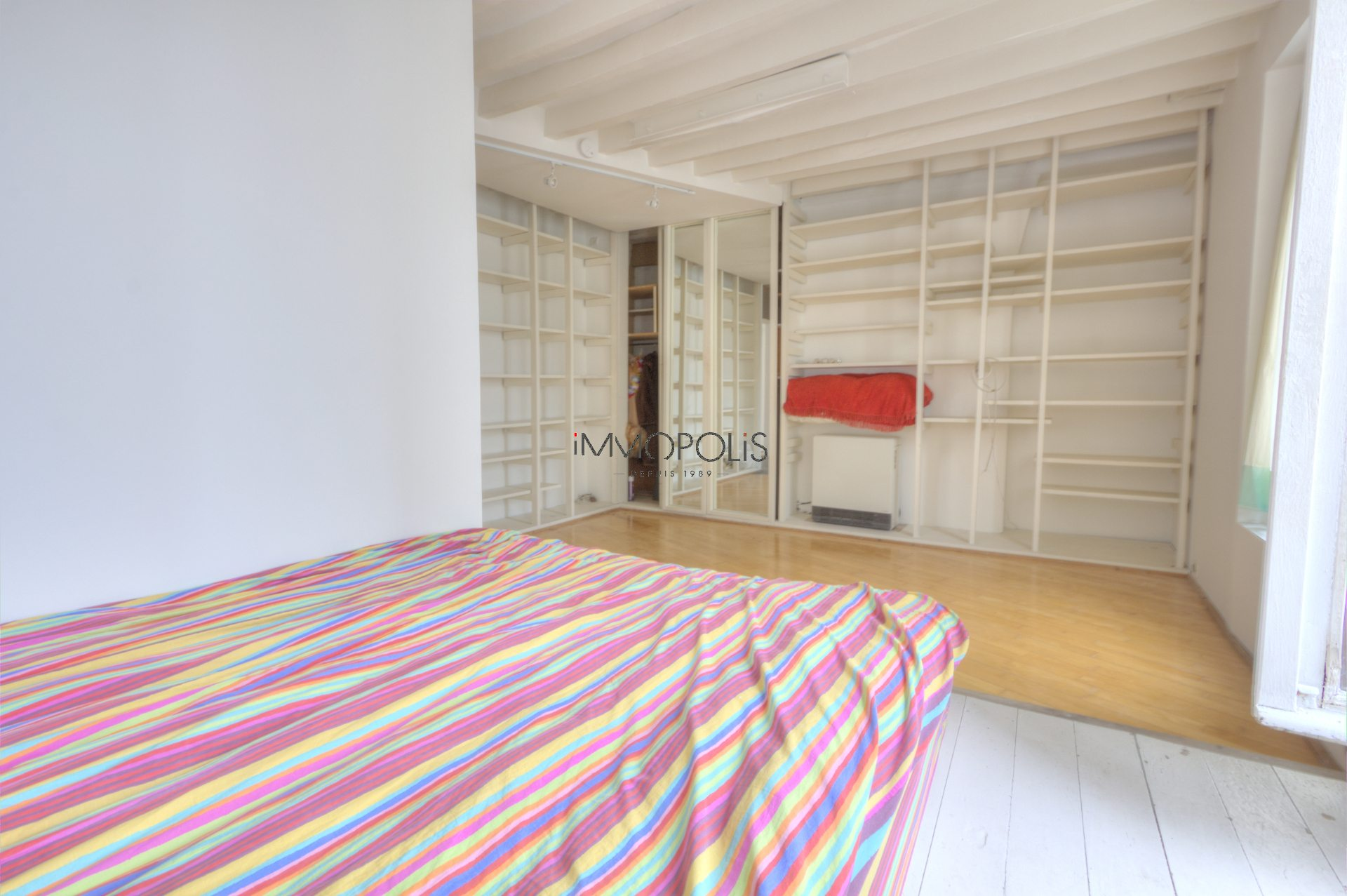 In the heart of the Abbesses, rue Berthe, beautiful 2 room apartment with a perfect plan, in good condition, crossing onto a quiet street and open courtyard! 5